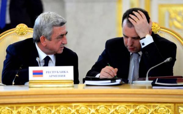 Президент Армении Серж Саргсян и министр обороны Армении Виген Саргсян