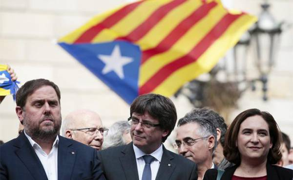 На фото: глава Каталонии Карлес Пучдемон (в центре)