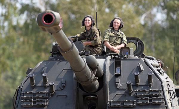 Военнослужащие российской армии на самоходной артиллерийской установке (САУ)