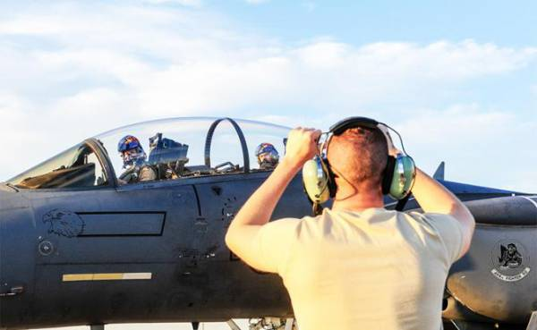 На фото: американскийистребитель F-15E Strike Eagle («Ударный орел»)