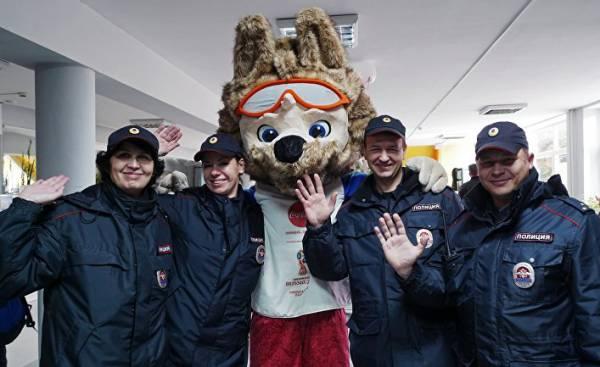 Сотрудники правоохранительных органов и официальный талисман чемпионата мира по футболу 2018 волк Забивака во Дворце спорта
