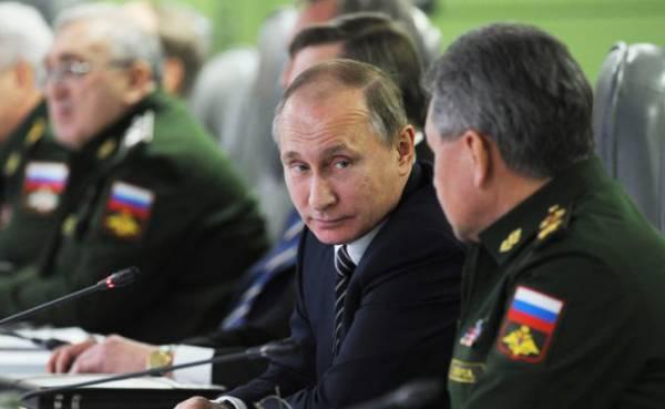 На фото: президент РФ Владимир Путин и министр обороны РФ Сергей Шойгу (слева направо на первом плане)